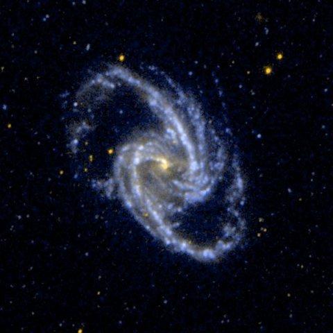 NGC 1365 (другие обозначения — ESO 358-17, MCG -6-8-26, VV 825, FCC 121, IRAS03317-3618, PGC 13179) — спиральная галактика с перемычкой в созвездии Печь. В ядре галактики находится сверхмассивная чёрная дыра. - See more at: http://znaemfiz.ru/nauka-i-tehnika/astrofizika?is_preview=0#sthash.KfFsgHSw.dpuf